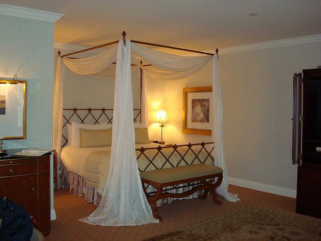 Erotyczna sypialnia z baldachimem