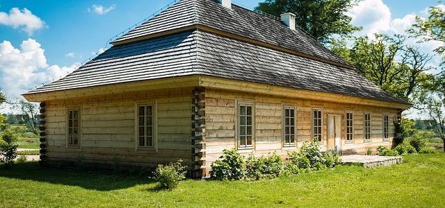 Drewniany dom – z jakiego drewna wybrać?