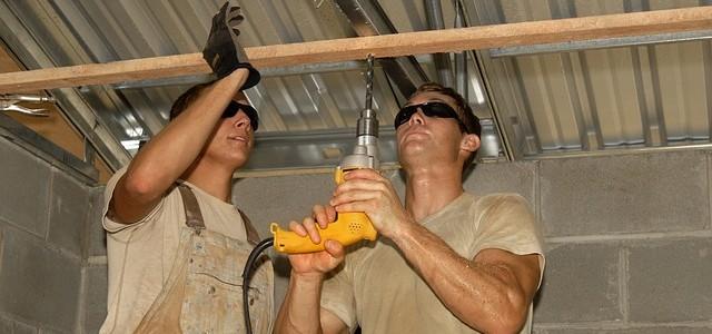 Remont domu lub mieszkania – wykonać samodzielnie, czy wynająć ekipę?
