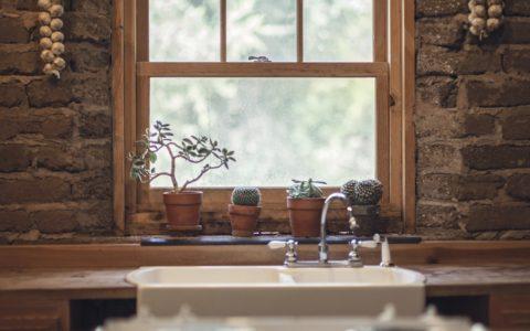 Bezpieczeństwo czy estetyka – co jest priorytetem przy kompletowaniu akcesoriów okiennych?